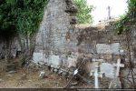 Partie centrale du mur nord: appareillage de petites pierres régulières disposées en assises minces avec alternance de dalles de parement (10e siècle)