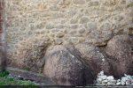 La présence de petites pierres éclatées disposées d'une façon irrégulière pourrait suggérer une fondation remontant au 7e-8e siècle