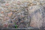 Détail du bourrage pour épouser la forme du rocher