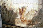 Fragment de fresque: jambe d'un personnage et draperie (confrérie)