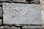 Inscription figurant sur une pierre réutilisée dans le campanile