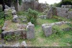 Mur et porte construits par les Grecs et réduisant la longueur de la nef