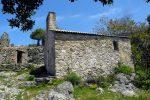 Mur sud reposant par endroits directement sur la roche