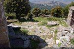 Devant la chapelle: meule et pierres de pressoir