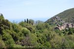 L'église San Nicolao se dresse dans la végétation au-dessus du village