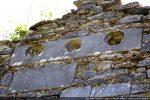 Une grande dalle toute particulière est creusée de trois cupules destinées à recevoir des bols polychromes aujourd'hui disparus