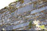 Appareillage composé d'un mélange de pierres taillées et de dalles plus importantes en chaînage ce qui pourrait indiquer une reconstruction au 11e siècle