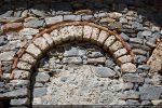 Détail d'une arcature de l'abside avec l'utilisation de morceaux de tuiles romaines (jeu de couleurs)