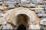 Archivolte échancrée soulignée d'un trait gravé (abside)
