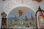 Sous le plafonnage doit se trouver un arc triomphal s'ouvrant sur l'abside en cul de four; scènes de la vie de saint Pancrace (aussi de 1966?)