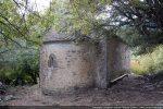 Côté est de la chapelle: abside avec fenêtre centrale; toit recouvert récemment de tuiles de ciment