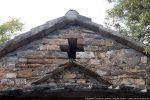 Fronton est probablement reconstruit avec la croix ajourée
