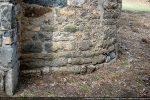 Détail de l'abside: pierres de petites tailles disposées en assises régulières (fin 9e- début 10e siècle)