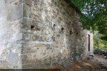 Angle sud-ouest et trous de charpente dans mur sud