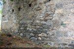 Mur sud :témoignant de différents types de construction: petits cailloutis de blocage, petites pierres alternant avec des gros blocs bien horizontaux, pierres disposées pour boucher une ouverture (?)