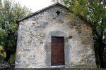 Façade occidentale: porte, croix ajourée et reste d'une sculpture (?)
