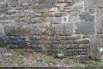 Base du mur nord fait de petites pierres avec rangée de blocs quadrangulaires