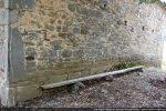 Angle nord-est marqué par des pierres parfois imposantes, comme la grande pierre dressée; base du mur faite de rangées bien régulières