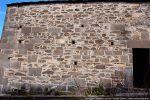 Appareillage fait de grandes dalles rectangulaires et des pierres plus petites; le haut du mur a sans doute été refait