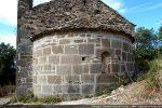 Construite de dalles rectangulaires, l'abside présente une fenêtre et une bandeau mouluré sous la corniche (11e siècle)