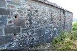 Mur nord mélangeant grandes dalles et petites pierres