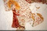 Détail de la Vierge entourée d'angelots aux tons cinabre et orangé