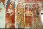 Les apôtres sont séparés par de petites colonnettes et placés sur des fonds alternativement rouge et bleu