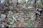 Restes de mur dans le hameau