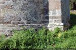 Soubassement de l'abside indispensable pour combler la déclivité du terrain