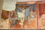 Au centre, la crucifixion: Jésus entouré de Jean et de Marie