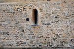 Mur nord: détail des pierres disposées en arête de poisson