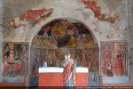 Des fresques du 15e siècle ornent l'abside et l'arc triomphal