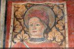 Détail du visage de Saint Pantaléon coiffé d'un bonnet rouge