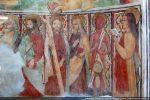 Cortège des apôtres: de droite à gauche: Saint Jean, Barthélémy portant sa peau, un apôtre non identifié, Saint André portant une croix, deux apôtres non identifiés