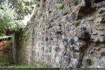 Mur nord avec des blocs bien taillés du 10e siècle selon G. Moracchini-Mazel (bas) et des pierres mise sans grand soin (haut,1665?)