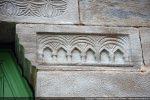 Corbeau de droite: cartouche avec trois séries de double arcades en arc légèrement brisé