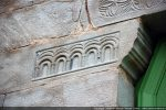 Corbeau de gauche: cartouche avec cinq arcades; l'épaisseur du corbeau est mouluré