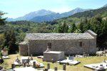 La chapelle Santa Lucia se dresse en bordure du cimetière; elle est particulièrement longue