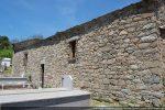 Mur sud avec une porte et deux fenêtres rectangulaires; la présence de fenêtre rectangulaire avec linteau monolithe indiquerait une origine du 7e (pour G. Moracchini)