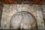 Arc tiomphal composé de claveaux réguliers; le fronton a été rebâti