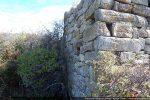 Angle nord-ouest formé de blocs imposants et bien taillés