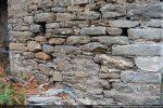 Mur sud près de l'angle sud-est: petites pierres irrégulièrement taillées