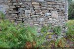 Base de l'abside construite de petites pierres irrégulièrement taillées (9e siècle?)