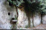 Intérieur du mur sud avec la porte et le bénitier
