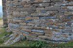 Détail de la base de l'abside construite sur la roche affleurant avec remploi de blocs sculptés