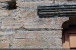 Corbeau de gauche gravé de lignes horizontales  (7e siècle)