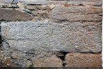 Bloc avec une date 1490, la plus ancienne sur les blocs de l'église
