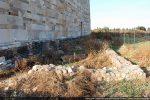 Soubassement de la cathédrale paléochrétienne (angle sud-ouest) et tombes