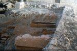 Tombe située sous le sol paléochrétien et bordée de 3 grandes tuiles de chaque côté