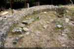 Disposition dans la nef d'éléments décoratifs retrouvés en cours de fouilles: claveaux de l'arc absidial et arc de porte